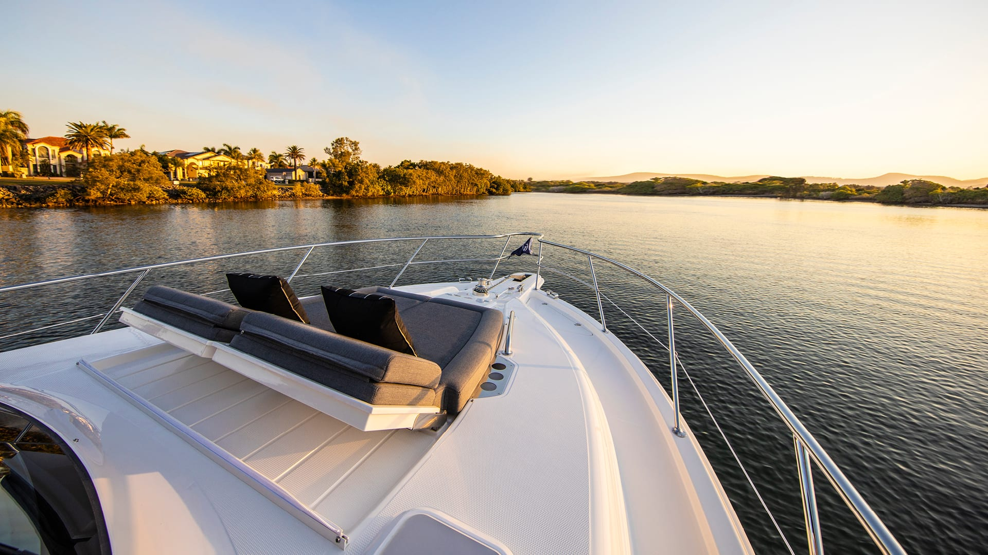 Riviera 39 Sports Motor Yacht Foredeck 02