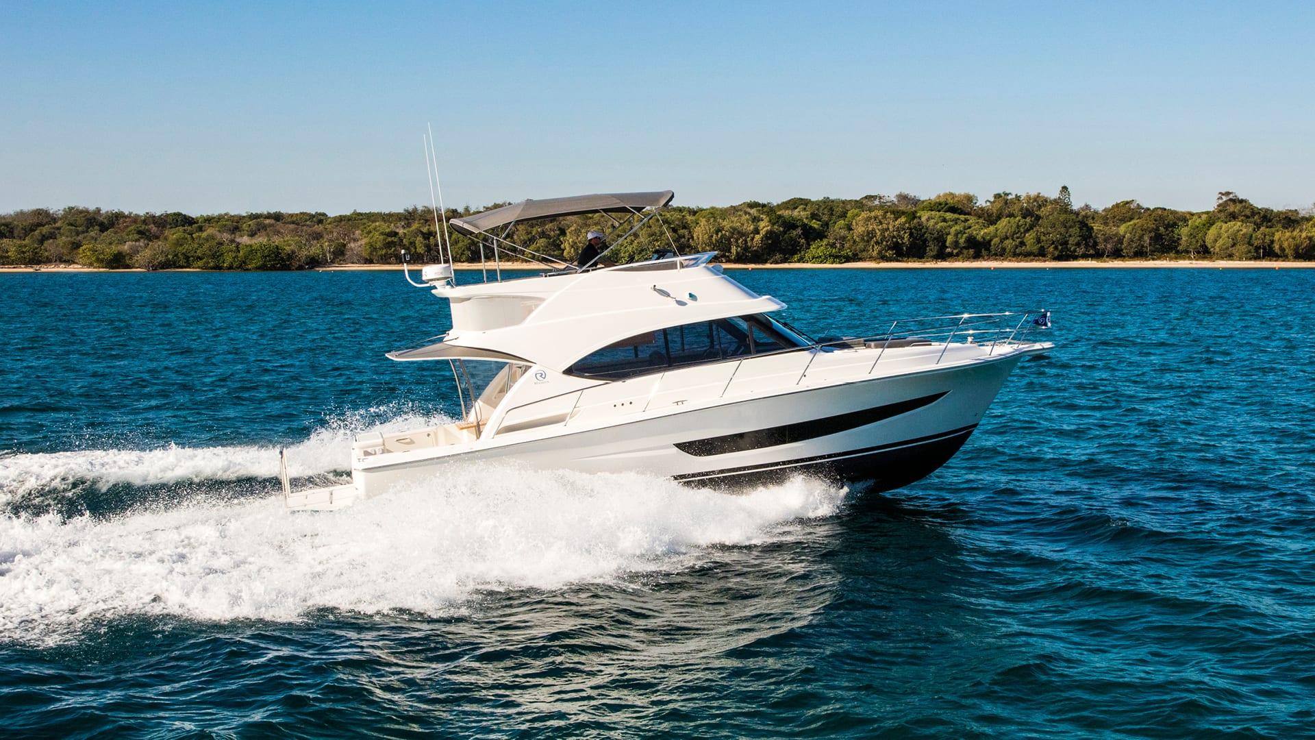 Riviera 39 Sports Motor Yacht Running 01