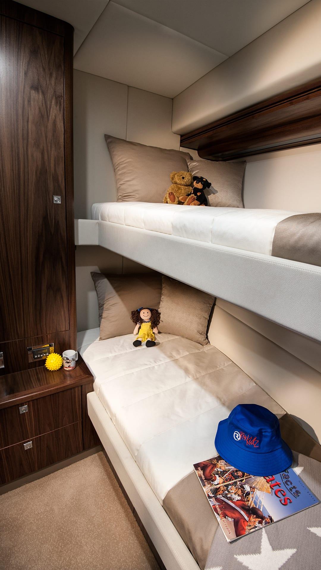 Riviera 5400 Sport Yacht Port Stateroom