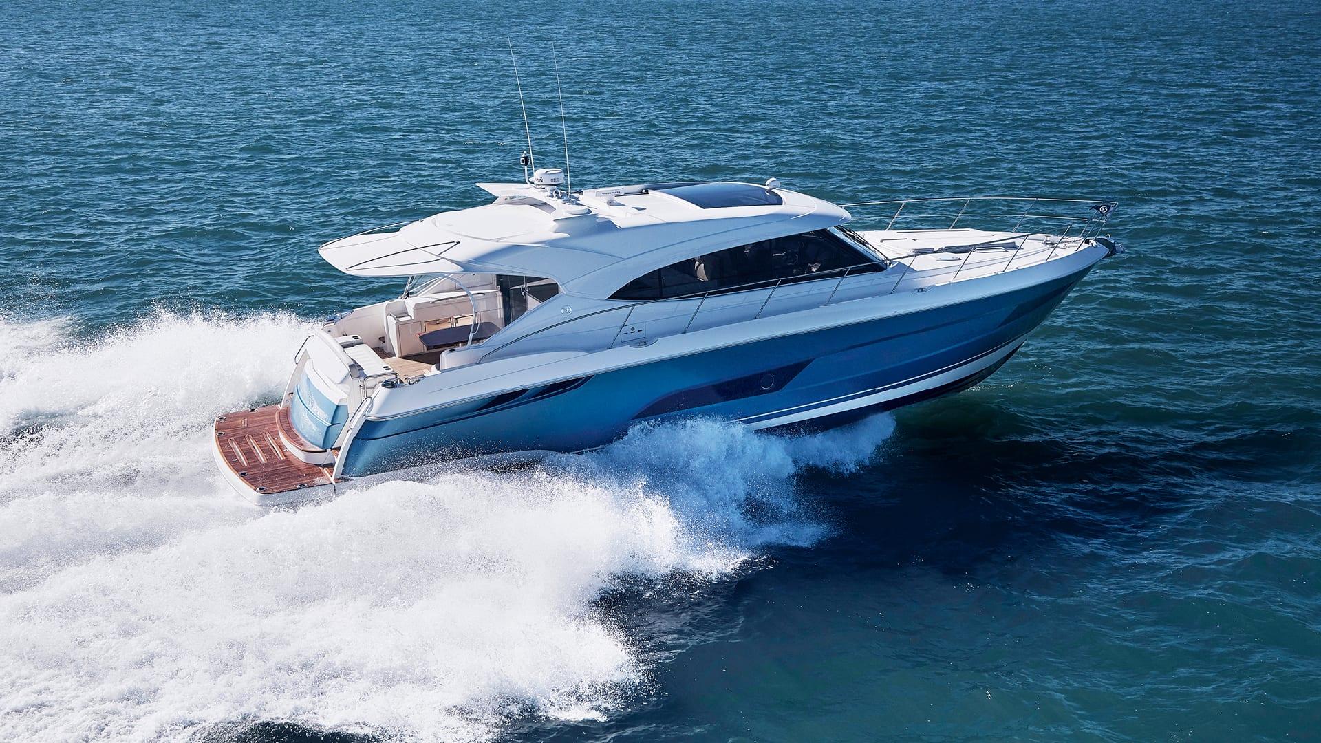 Riviera 5400 Sport Yacht Running 02