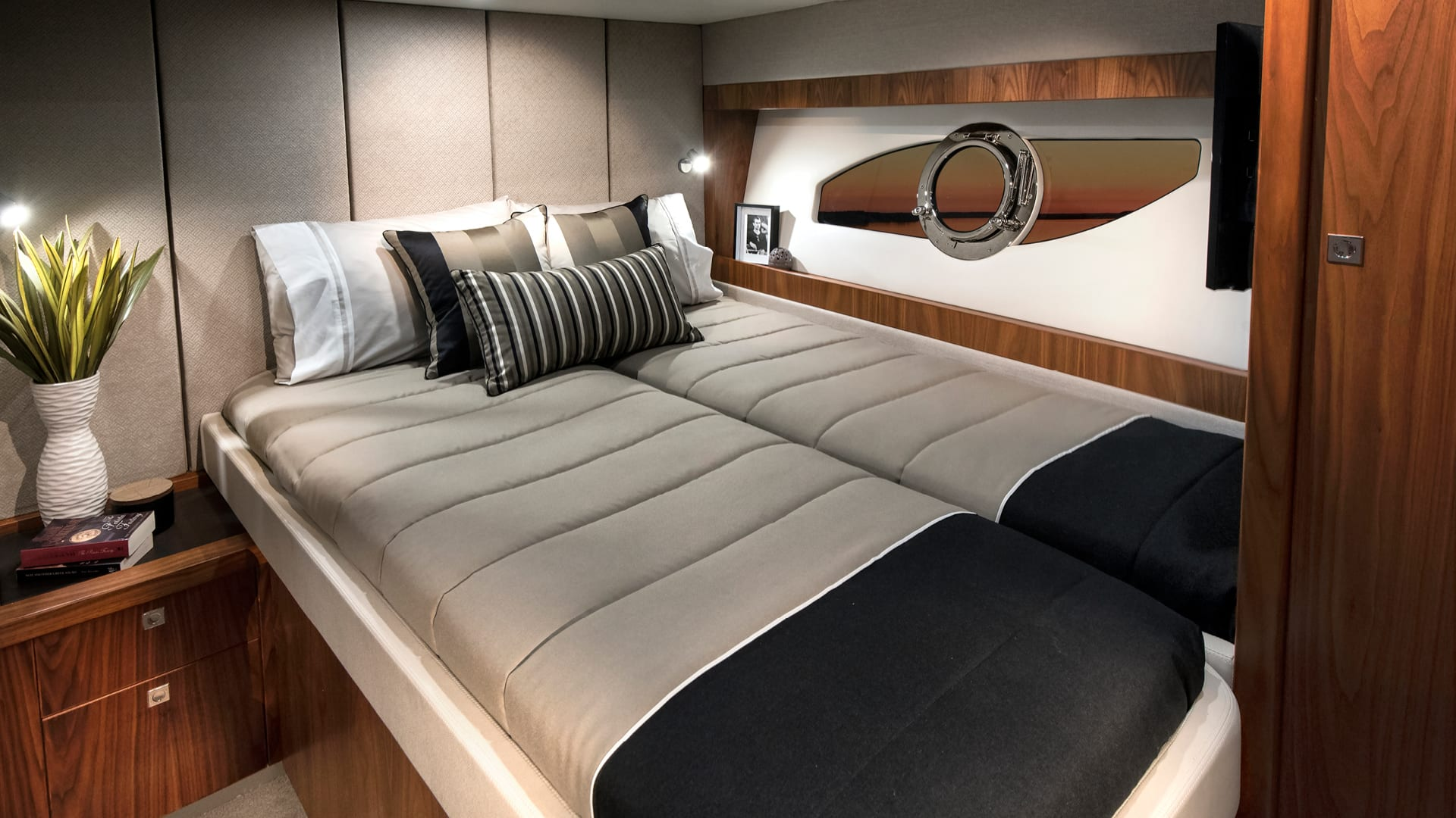 Riviera 72 Sports Motor Yacht Port Stateroom 01