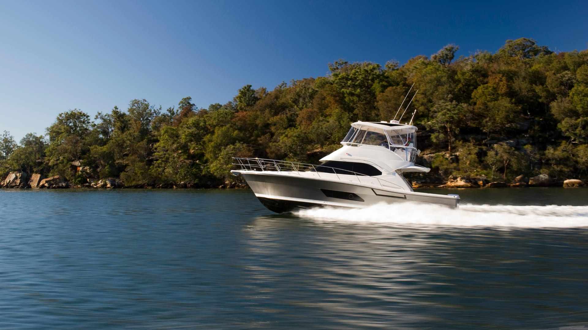 Riviera 43 Open Flybridge Running 03