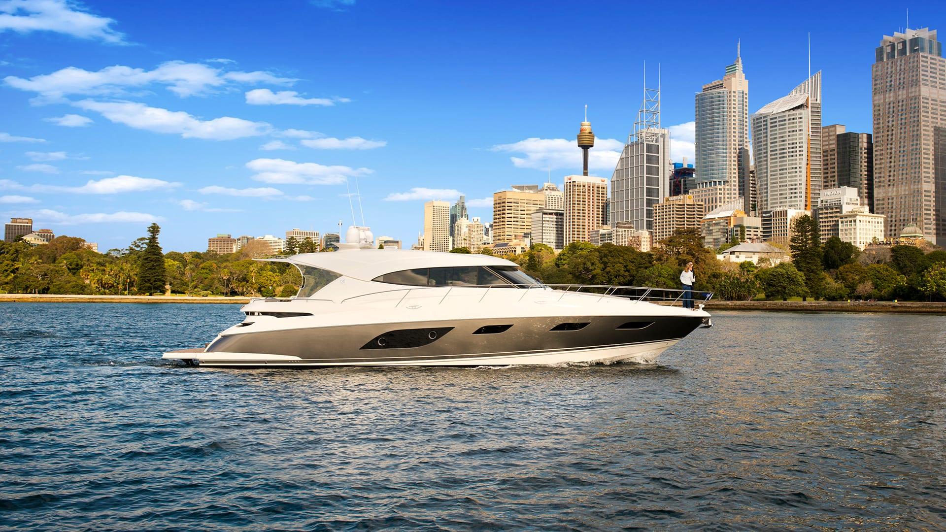 Riviera 6000 Sport Yacht Cruising 01