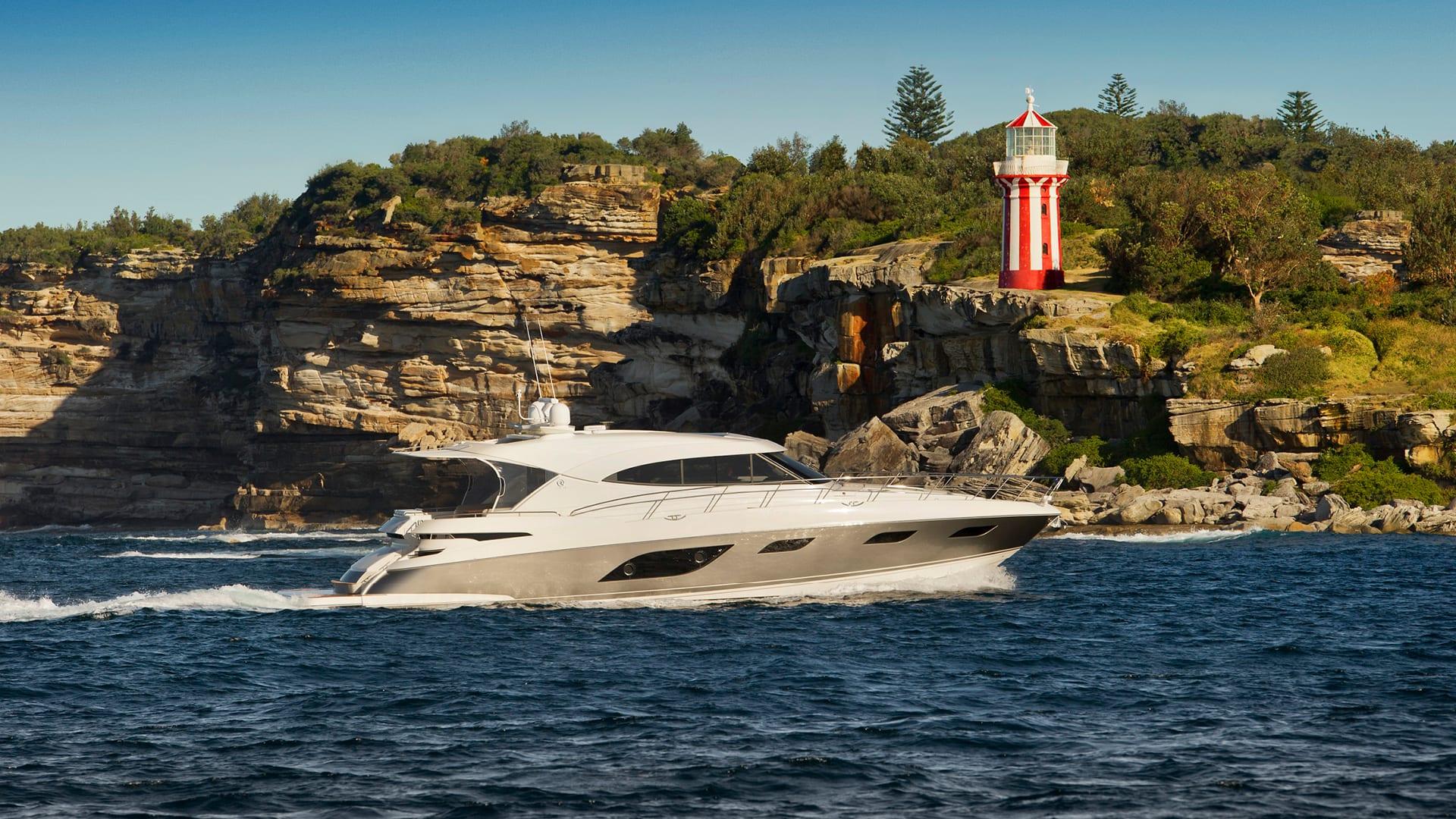 Riviera 6000 Sport Yacht Cruising 02