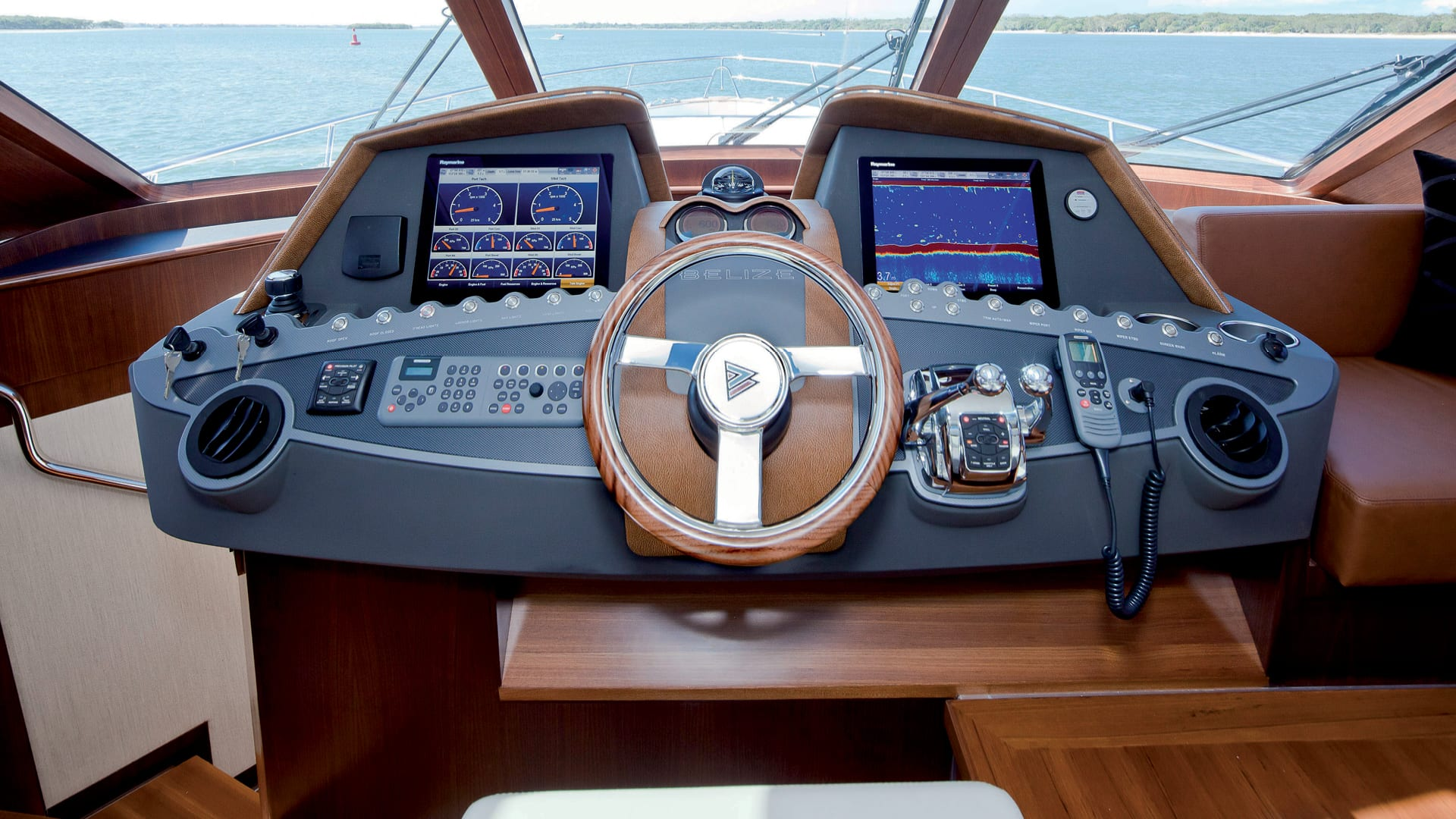 Belize 54 Sedan Helm 02