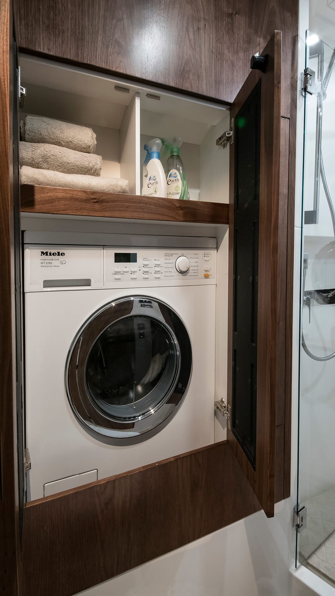 Riviera 4800 Sport Yacht Optional Laundry