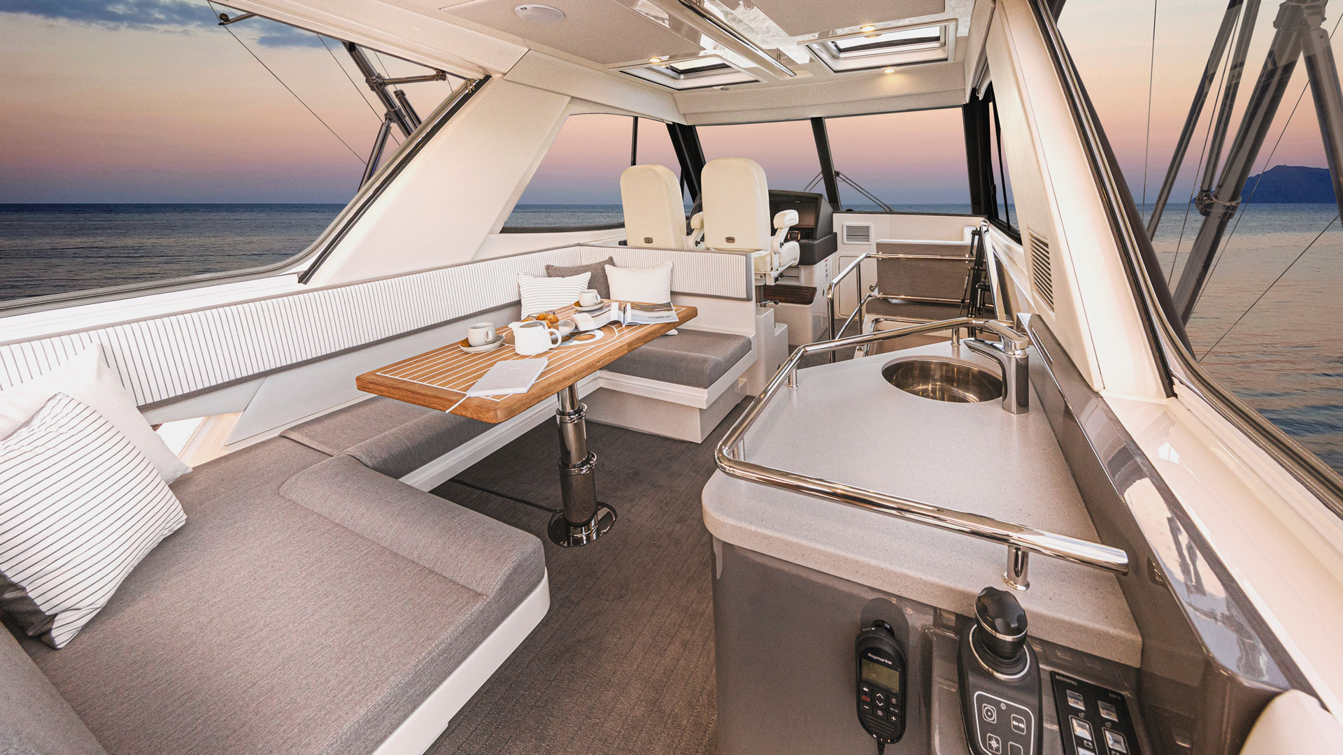 Riviera 50 Sports Motor Yacht Flybridge 01