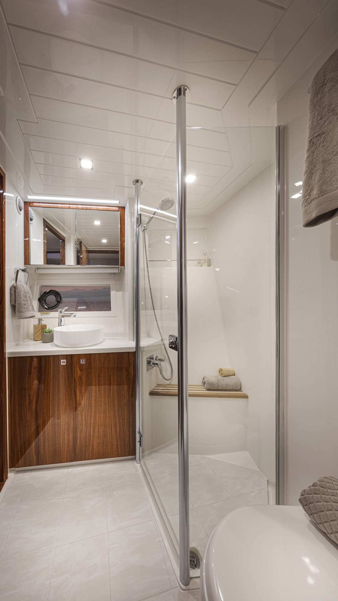 Riviera 64 Sports Motor Yacht Guest Ensuite and Dayhead 01