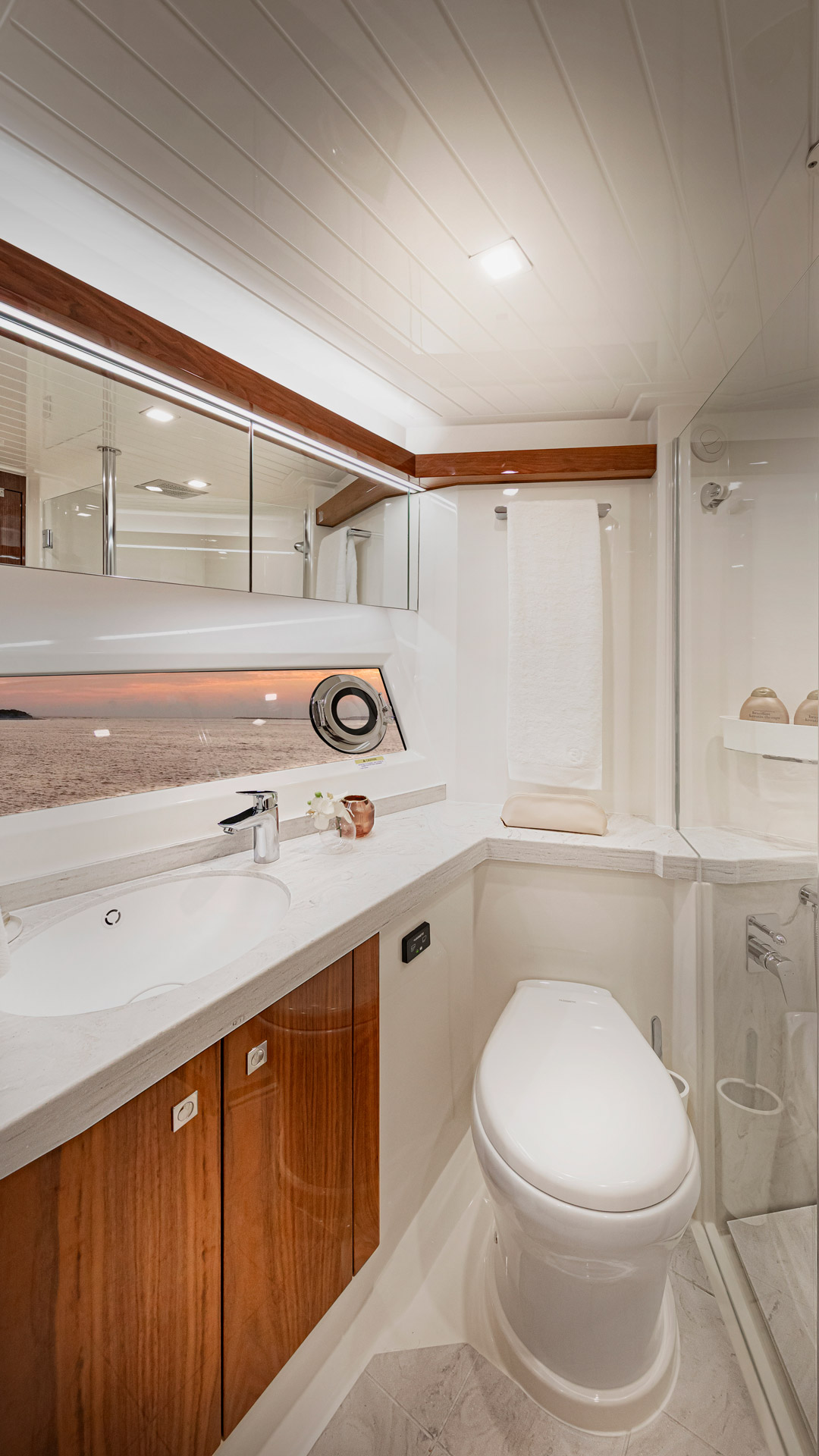 Riviera 72 Sports Motor Yacht Port Ensuite 01